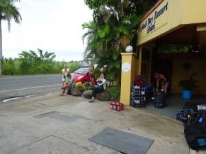 バスを待つ旅行者たち
