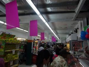 スーパーも混雑